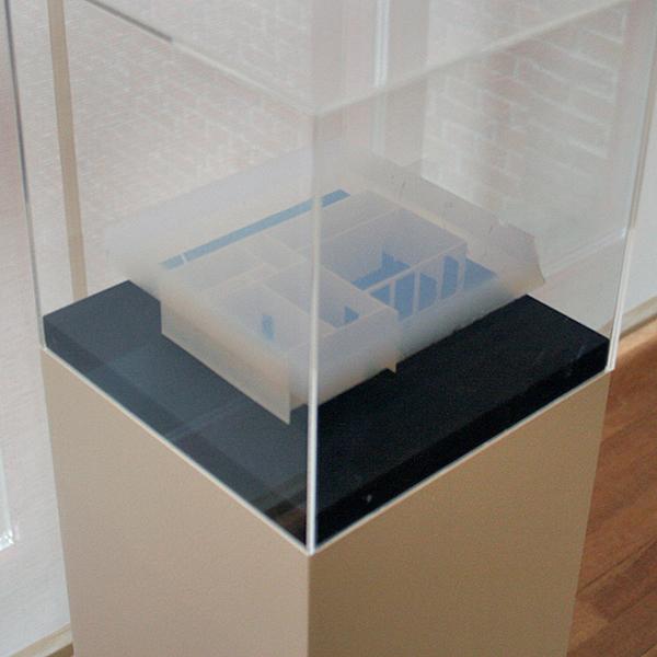 Berndnaut Smilde - Cumulus Avenue Ceramique 250 - Plastic model van tentoonstellingsruimte en aerogel 2013