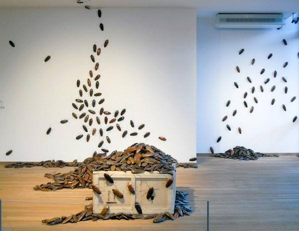 Bita Fayyazi - Cockroaches - Geglazuurd keramiek en metaaldraad, 1998-1999