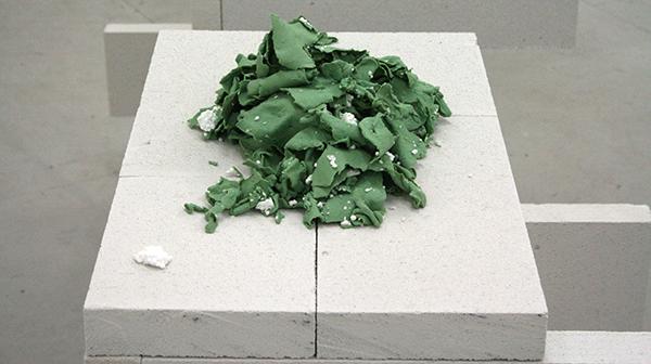 Chad Burt - Platformer - 105x185x90cm Cementblokken & The Last Gaurdian - Plasticine en polystireen (detail)