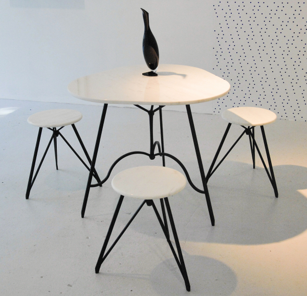Charles Avery - Untitled (Cafe Table with Stools) - 77x86x86cm (tafel) & 48x35cm (stoel) Marmer, brons en ebony