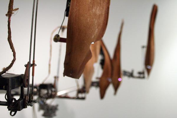 Christiaan Zwanikken - Questionable Gods of Bio Mechanics - 200x210x50cm Palmbladeren, hout, servos, staal, computer en geluid (detail)