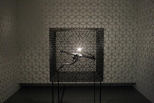 Conrad Shawcross - Slow Arc Inside a Cube IV - Aluminium, motor, mechaniek, gaas en lamp