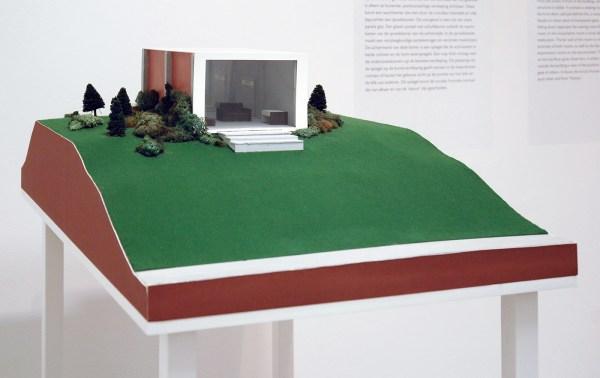 Dan Graham - Clinic for a Suburban Site (3466,1) - Maquette, geverfd hout en plastic