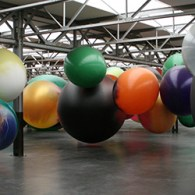 Katharina Grosse (1961) is duidelijk niet van de kleine gebaren. Ze denkt in meters. Dat betekend dat groots uitpakt met een twaalftal grote schilderijen, twee flinke sculpturen en vooral een […]