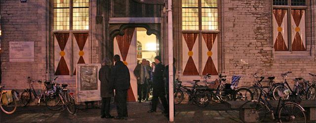 Voor wie, net als ik, niet naar de Biennale van Venetië is geweest kan nu in de Vleeshal de schade inhalen. Mark Manders (1968) toont daar een nieuwe installatie, of […]