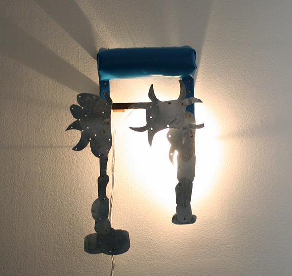 Dick Verdult - Blauwe Zadel Lamp - 84x55x14cm Licht, zink, vinyl en hout