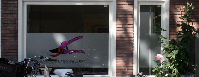 Op dit moment is in de Flatlands Gallry (de voormalig Vous Etes Ici gallery) het werk van Carolein Smit (1960) te zien. Het zijn allemaal beelden van keramiek zo rond […]