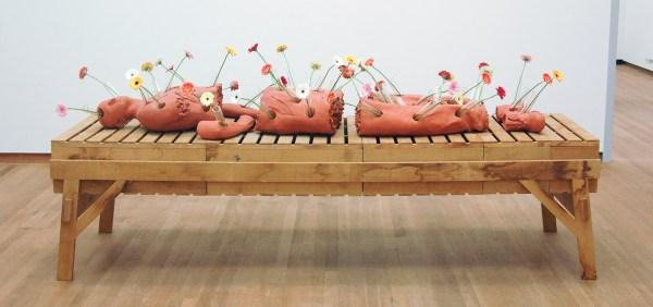 Guido Geelen - Anatomische Les 1 - Klei, glas, bloemen, houten tafel van Piet Hein Eek, 2006