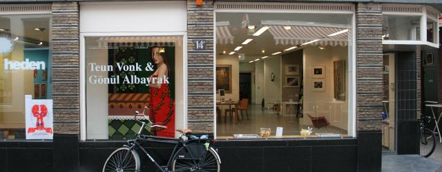 Op dit moment is bij Heden het werk te zien van Gönül Albayrak (1973) en Teun Vonk (1986). Beiden recent afgestudeerd aan de academie van Den Haag. Het werk van […]