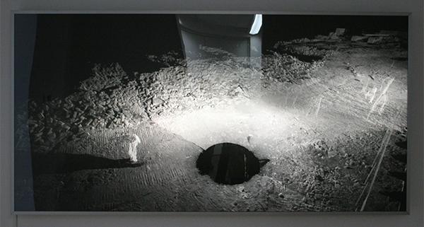 Imogen Stidworthy - 53, 27', 46,67%22 N, 2, 59', 10x35%22 W - 110x220cm Duratrans, 3D laser scan en lichtbak