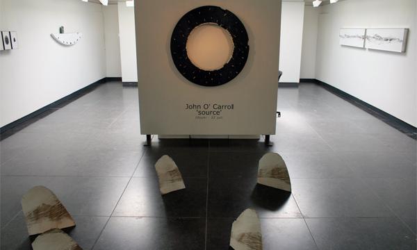 John O'Carrol - Eclipse - 108cm Schelp, gesso en wit-bladgoud op hout