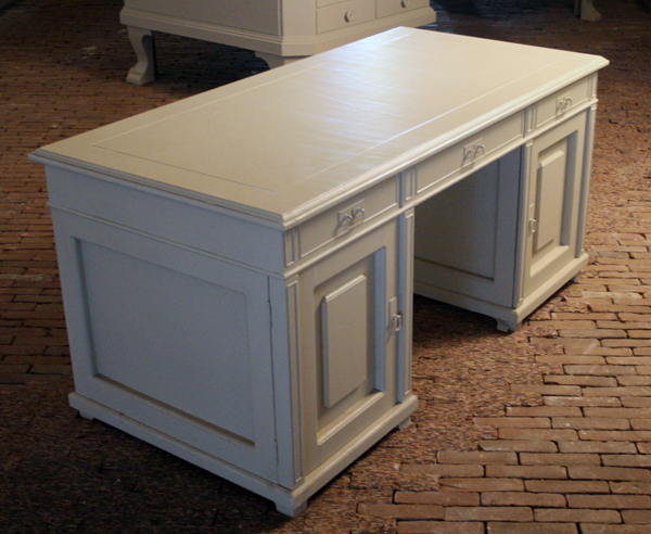 Kevin van Braak - Histroy is made out of shades of grey (Stalin uit zijn bunker) - Hout en polyurethaan coating