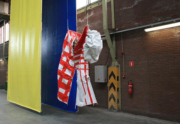 Klaas Kloosterboer - 13101 (carrousel) -  Installatie (met 03109 (Grosse Hose) - Lakverf op linnen)