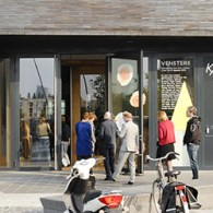 Gisteren opende de nieuwe KAdE. Kunsthal KAdE, een museum zonder collectie en dus enkel een tentoonstellingsruimte viert naast het openen van de nieuwe locatie haar vijfjarig bestaan. Het vorige gebouw […]
