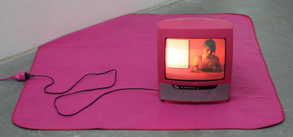 Laura Bolscher - De Wereld Kleuren - Video, roze televisietoestel en kleed