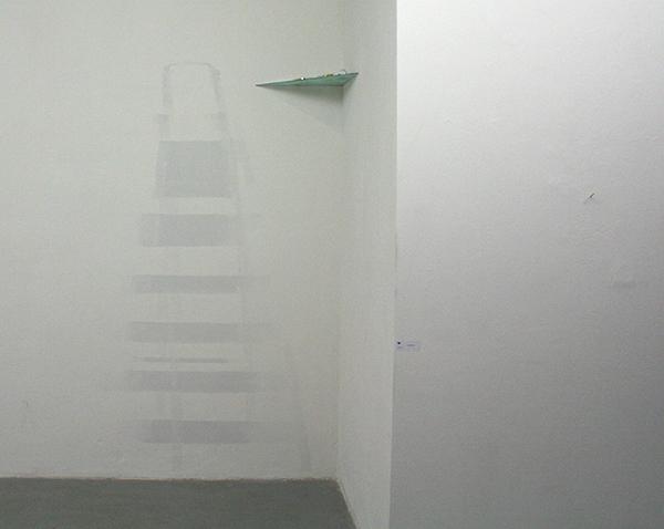Lena Paschen - Forgotten Places - Glasplaat, objecten en verf op de muur