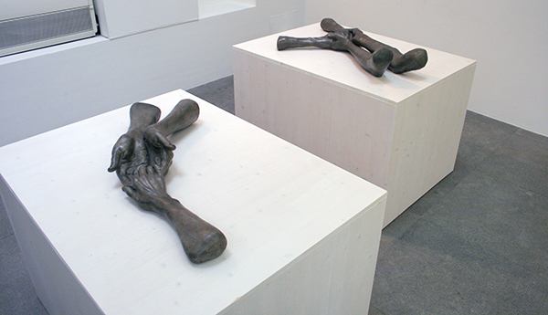 Louise Bourgeois -  The Welcoming Hands - 18x89x43cm Brons 1996