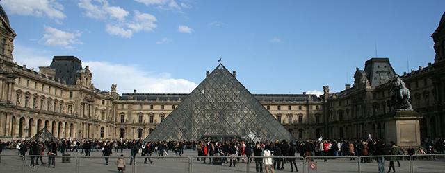 Het Louvre, het museum waar jaarlijks miljoenen bezoekers op zoek gaan naar de Mona Lisa (zo blijkt). Naast de Mona Lisa zijn er nog de Venus van Milo, het grote […]