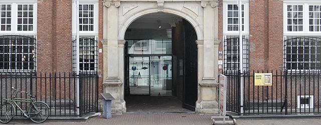 Het is bijna jammer dat MOTI een museum is die twee grote ruimtes aan wandschilderingen van Jan van der Ploeg (1959) besteden. Als de presentatie bij het MOTI één ding […]