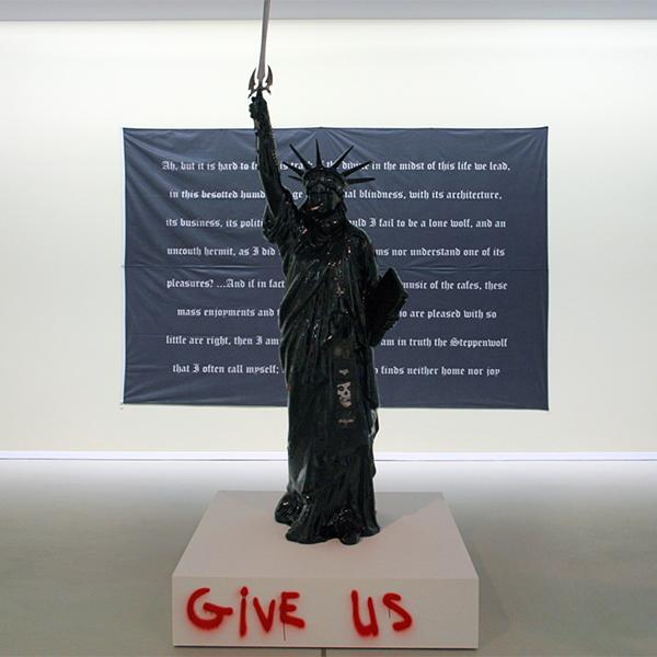 Marc Bijl - Freedom - Polyester vrijheidsbeeldm teer, patches verf, spuibus en hout