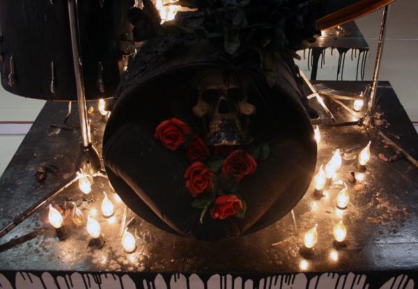 Marc Bijl - Teenage Kicks - Drumstel met lampjes, kaarsvet, plastic bloemen, schedel en spuitbus (detail)
