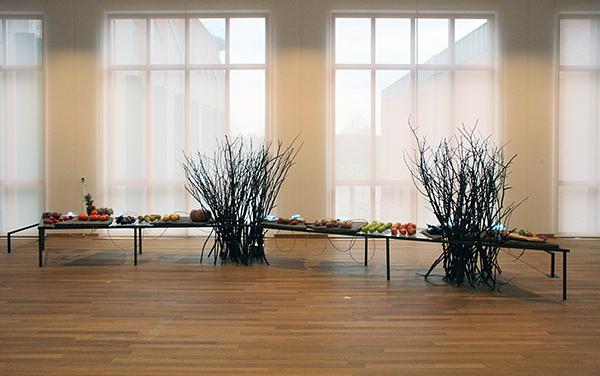 Mario Merz - La Nature e l'Arte del Numero - Metaal, natuursteen, klei, neonbuis, takkenbossen, groente en fruit 1976