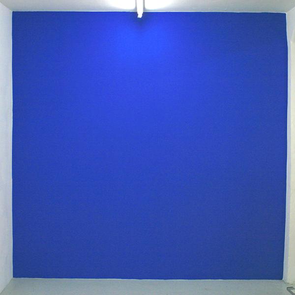 Navid Nuur - Untitled (Wall Painting) - 270x260cm Muurverf, geschiedenis en tijd (PH blue (n 810, mei 2009), Jet Black (mei 2009), Violet (n 841, sep 2009) Puur wit (2004-2013)