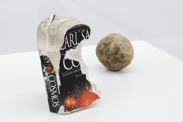 Nicolas Lamas - Ideas about the universe- Exemplaar van Cosmos (Carl Sagan) en balletje van 7cm van papier van dat boek