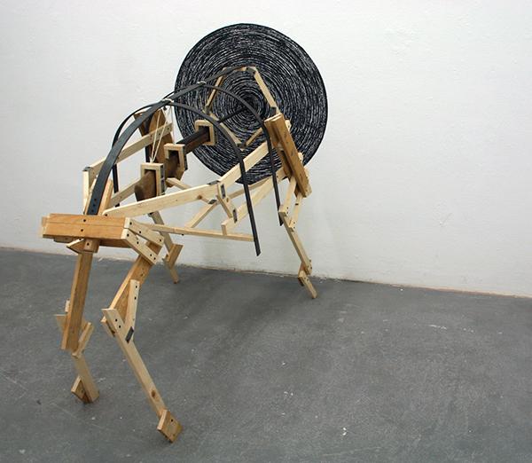 Niklas van Woerden - Zonder Titel - Everzwijn, hout, ijzer, touw, geweer en houtskool (I)