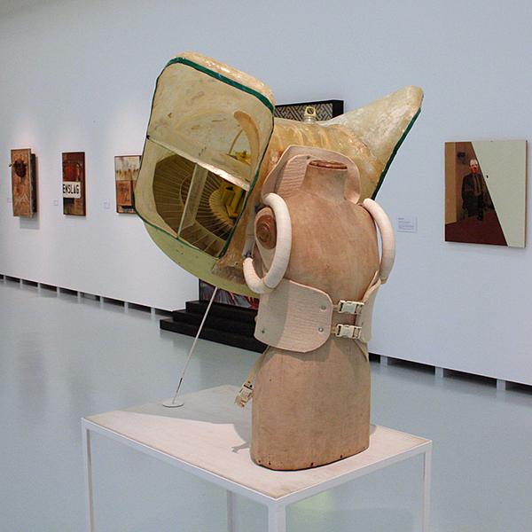 Panamarenko - Mock Up - Kunststof, motor, aluminium, vilt met paspop en tafel