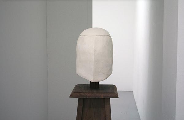 Paulien Follings - Casque - 140x35x35cm Gips, pigment en hout