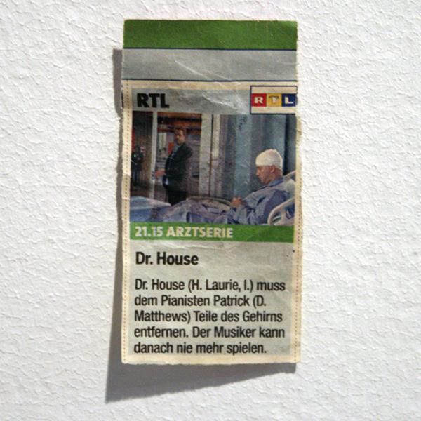 Peter Feiler - Dr Weishaupt muss dem Patienten Goliath Teile des Gehims entfermen, Der Demokrat kann danach nie mehr wahlen - 7x3cm & 86x42cm Krant & acrylverf op papier (detail)