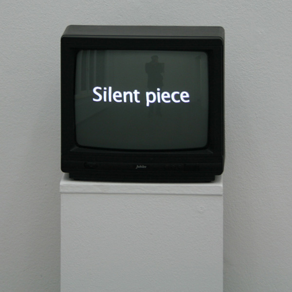 Petra Kuhlne - The Absence of Sound Sculpture #1 - Hout, verf, TV en kabel