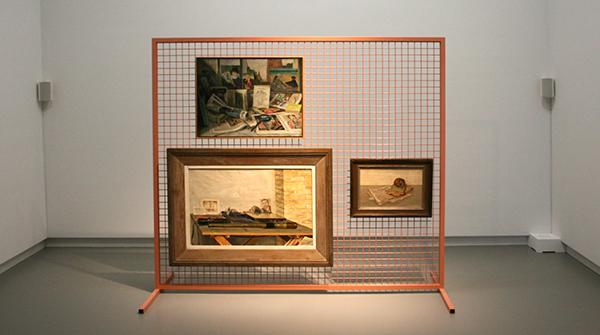 Ruth Bachanan - A Condition - Gecoate stalen structuur en geluid 9,06minuten met daarop werk van Dirk Nijland - Stilleven met schedel - Olieverf op canvas 1932 & Bart Peizel - Stilleven met boeken - Olieverf op canvas 1933 & Dirk Nijland - Stilleven - Olieverf op canvas 1935