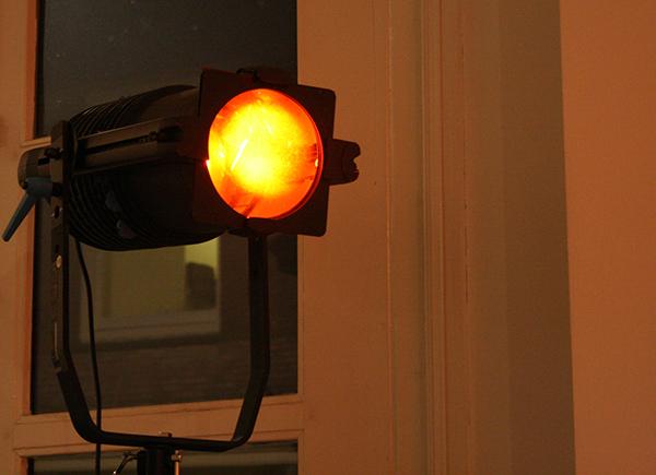 Sarah van Sonsbeeck - Moment of Bliss - Licht met rode filter en geprogrammeerde dimmer
