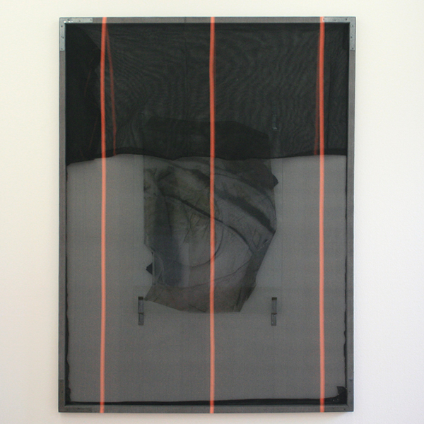 Valerie Snobeck - Formed Cords - 244x183cm Afdeknetten, deels verwijderde spiegel, losgepulte print op plastic, deurhangers, hout, gesso en metaal