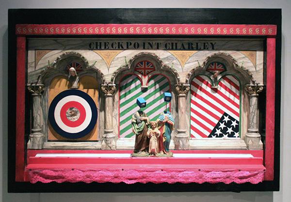 Woody van Amen - Checkpoint Charley - 119x176x35cm Hout, verf, lampjes en kunststof 1964