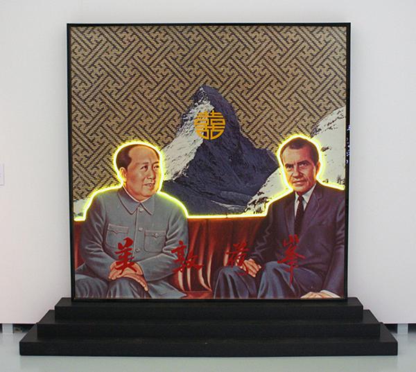 Woody van Amen - Double Happiness - Assemblage met fotoprint en neon op voetstuk