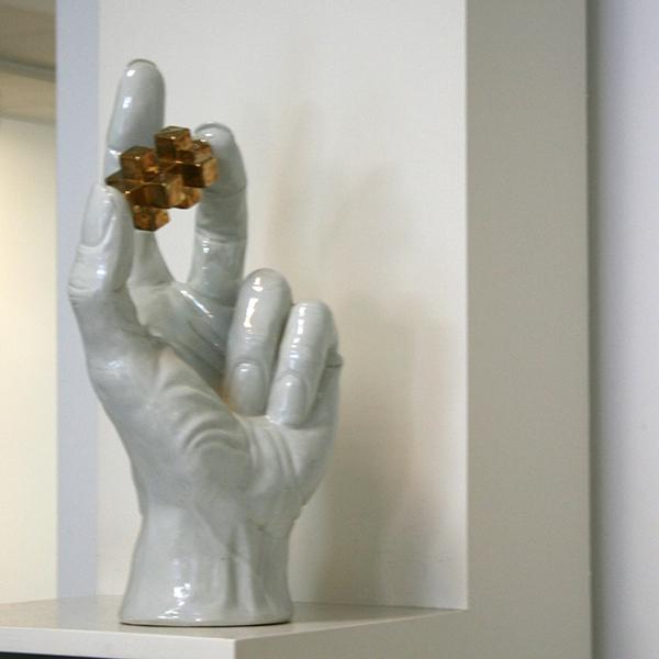Woody van Amen - Hand met TAXAT (gold) - Porselein