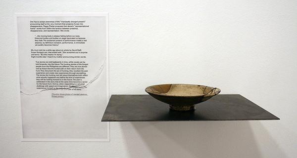 Yael Davids - Obliterating an Image - 6 ruiten veiligheidsglas 120x240x0,5cm, 2 monochromen van leem 200x200cm, Koreaanse schotel uit 16e eeuw, onderdelen van een script 'Imitate in Absentia, 13 inktjetprints op A4
