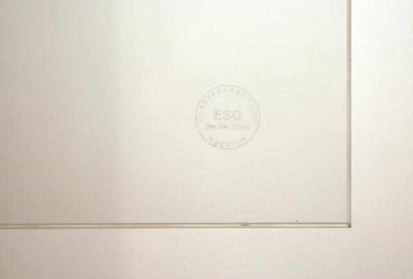 Yael Davids - Obliterating an Image - 6 ruiten veiligheidsglas 120x240x0,5cm, 2 monochromen van leem 200x200cm, Koreaanse schotel uit 16e eeuw, onderdelen van een script 'Imitate in Absentia, 13 inktjetprints op A4 (detail glas)