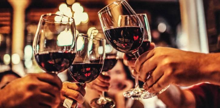 Il vino italiano è in difficoltà causa Covid. Ma c'è chi cresce.