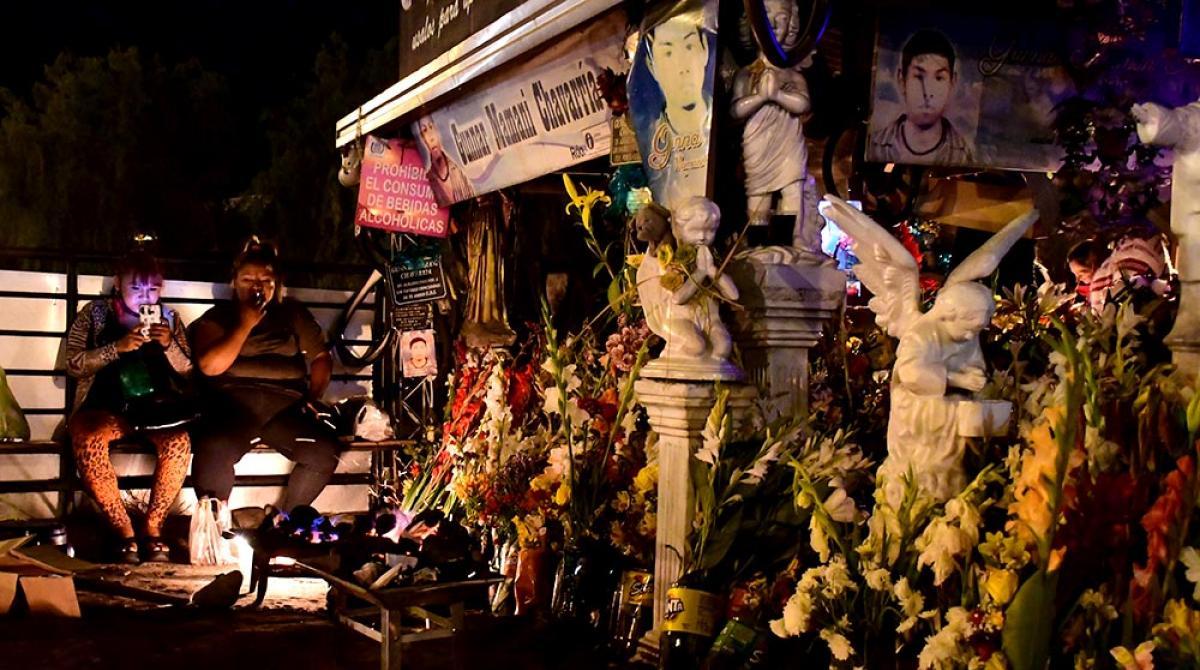 Con flores y velas, creyentes realizan q'oa del primer viernes en la gruta de Gunnar   Los Tiempos