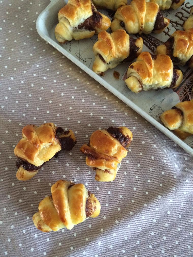 Food: cornetti di sfoglia con crema alle nocciole