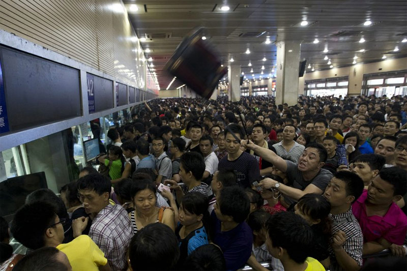 Thousands stranded at Guangzhou train station due to landslide. Photo nandu.com.