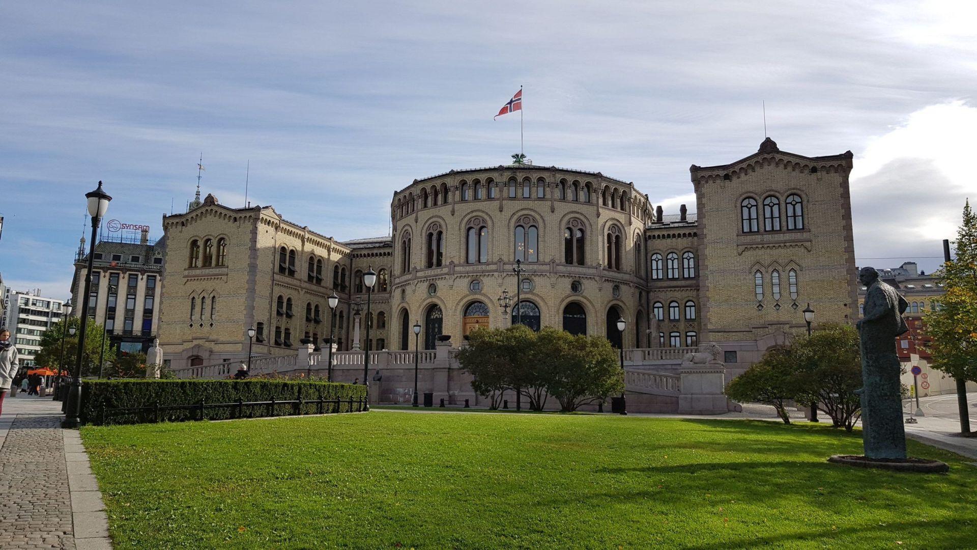 Fachada principal del parlamento de Noruega en Oslo