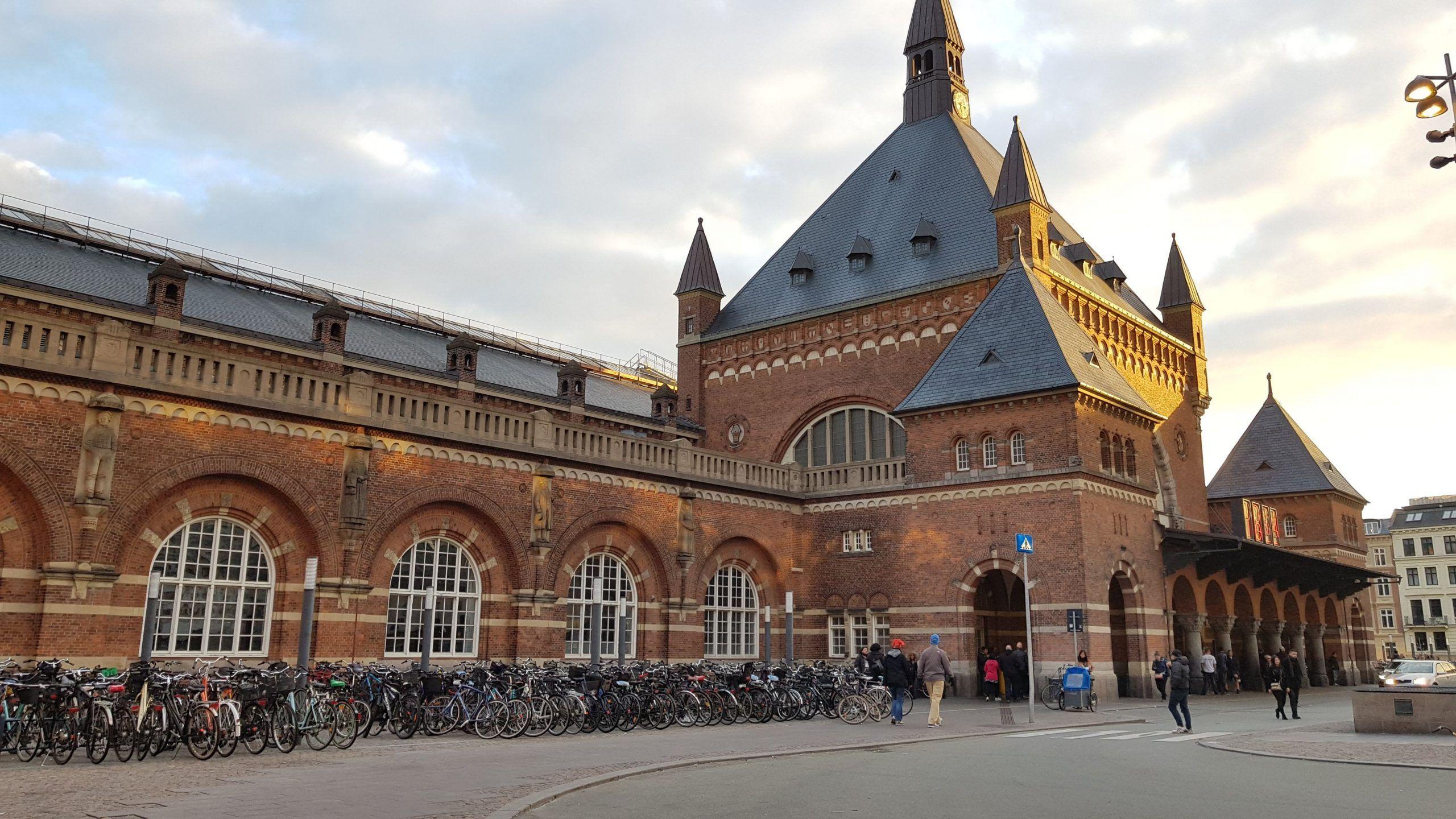 Fachada principal de la estación de trenes de Copenhague.