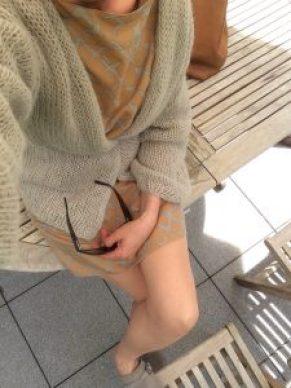 Strickjacke mit Shirtkleid draußen 1