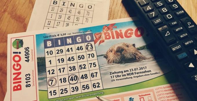 Bingoschein auf Tisch mit Quittung und Fernbedienung