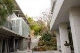笠間日動美術館の建物の間から庭園